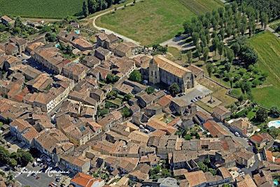 vue aérienne de la cité médiévale de Saint Macaire près de Bordeaux