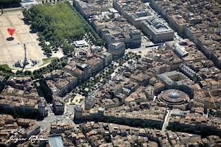 vue aérienne de Bordeaux pendant la fête du fleuve 2008 avec une montgolfière visible sur la place des Quinconces