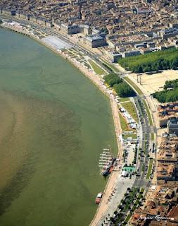 Photo aerienne des quais de la ville de Bordeaux pour la fete du vin avec le trois mats cuauhtemoc