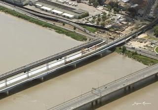 Vue aérienne d'un tyrain franchissant le nouveau pont SNCF de Bordeaux