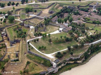 Vue aérienne chateau medieval des Ruder à Blaye