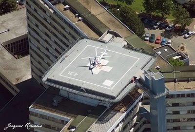 Vue aérienne de l'hélicoptère Augusta A109 du SAMU posé sur la plateforme de l'hopital universitaire de Bordeaux