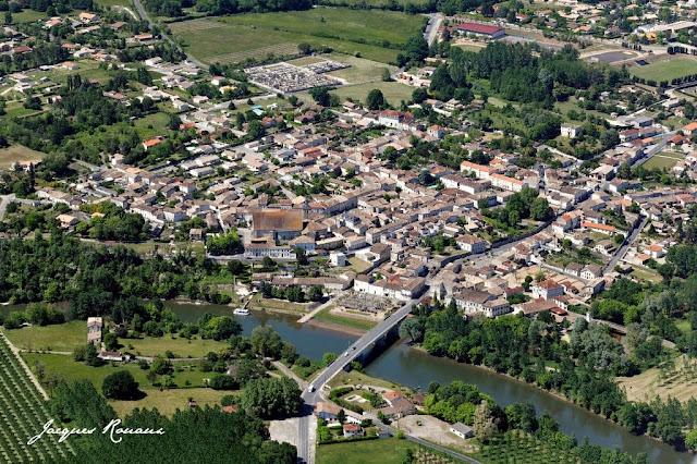 vue aérienne de la commune de Guîtres à côté de Coutras et Libourne