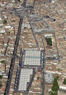 Vue aérienne de Bordeaux avec le marché des Capucins et la Place de la Victoire
