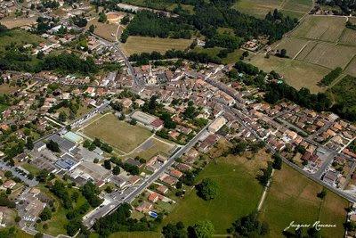 Vue aérienne de la ville de La Brède