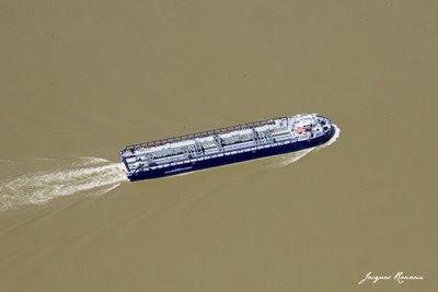 Vue aérienne de la barge transportant les morceaux du A380 sur la Garonne