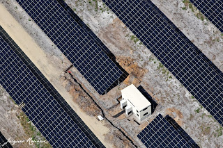 Vues aériennes des panneaux solaires de la centrale EDF de Losse.