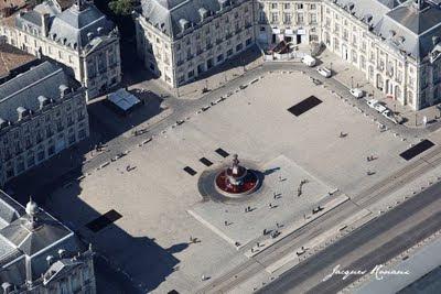 Vue aérienne de la fontaine des 3 grâces place de la Bourse à Bordeaux