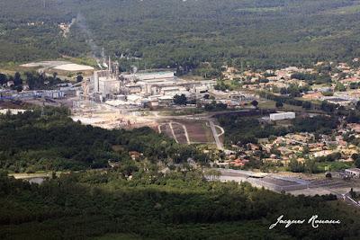 vue aérienne de l'usine de pâte à papier Smurfit kappa de Facture Biganos