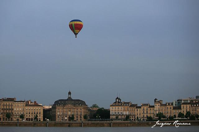Le Château des 3 roses au dessus de la Bourse Maritime après son décollage des Quinconces à Bordeaux