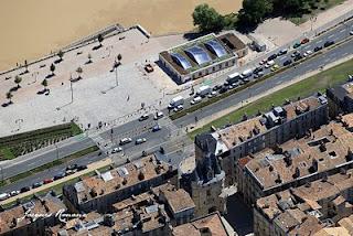 vue aerienne de Bordeaux avec la maison éco citoyenne et la porte Cailhau