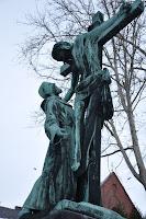 Rzeźba żw. Franciszka z Asyżu i ukrzyżowanego Jezusa przed kościołem na Karłowicach - Wrocław