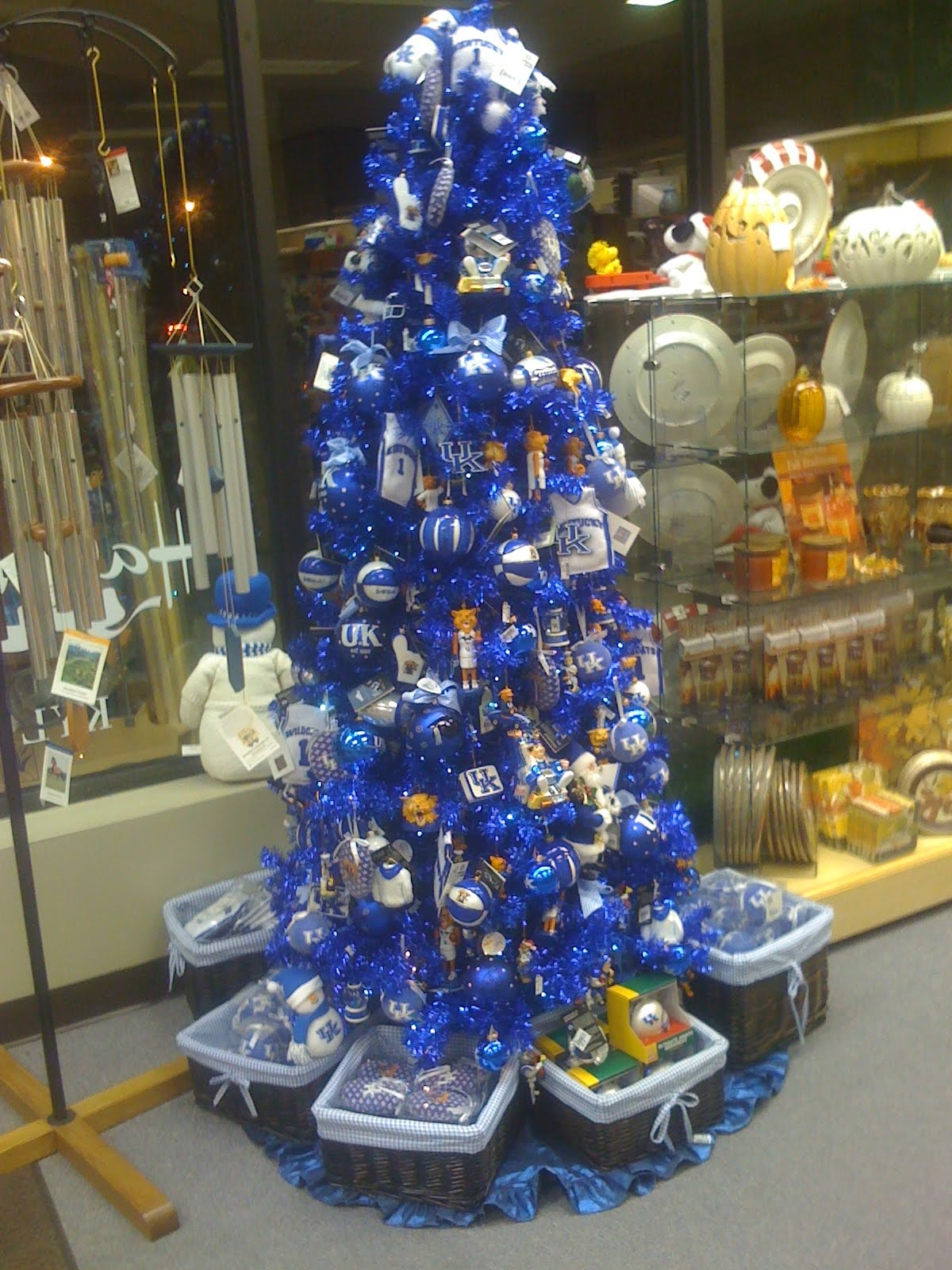 tree for uk basketball in the month of march i saw this one in a hallmark store last christmas and this has been where my inspiration has come from - Year Round Christmas Tree