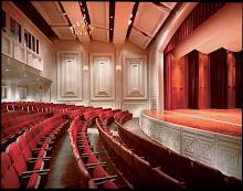 La experiencia viva de una obra de teatro, como la de una novela o una composicion musical, es un