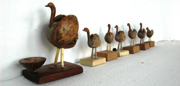 Família de emas feita de coco babaçu
