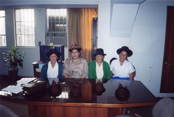 Juana Huancahuari con esposas de campesinos acusados injustamente