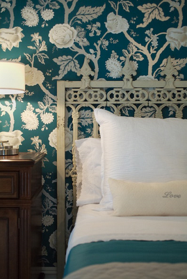 Chinoiserie chic saturday inspiration turquoise chinoiserie for Turquoise wallpaper for bedroom