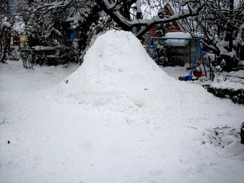 garten anders zum beispiel eine schneeh hle iglu bauen was man auch im winter im garten. Black Bedroom Furniture Sets. Home Design Ideas