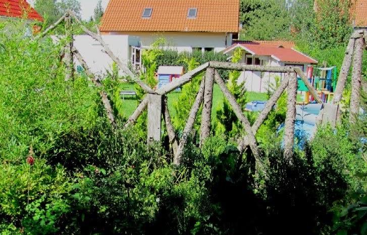 Garten anders ein holzzaun noch mehr anders - Holzzaun garten ...