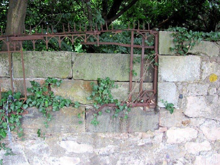 Gartenarbeit ideen: ein alter schmiedeeiserner zaun: im verfall ...