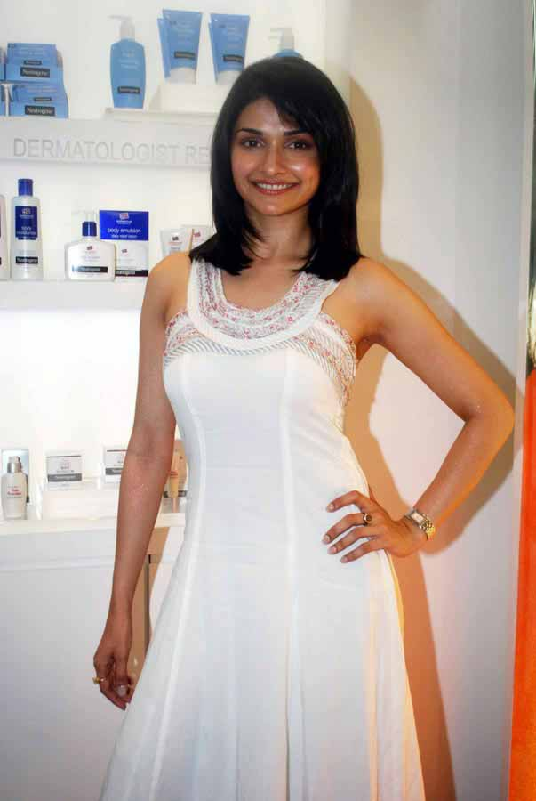 [Actress-Prachi-Desai-Stills-in-white-123bolly-com-13.jpg]