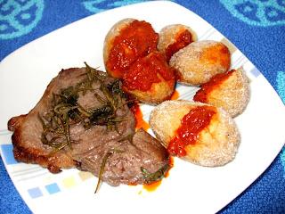 agnello marinato grigliato con papas arrugadas
