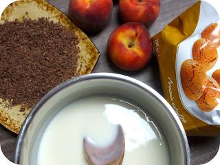 Ingredienti: pesche, amaretti, scaglie di cioccolato fondente e crema al latte