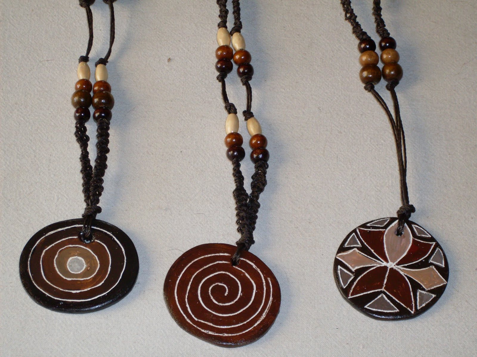 Artesania loca ejemplos de collares artesanales - Collares de cuero ...