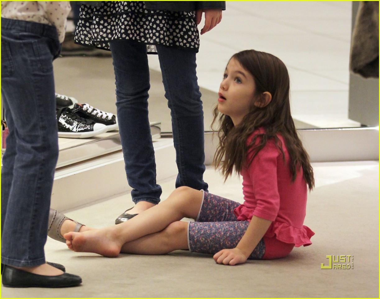 http://1.bp.blogspot.com/_582MWUkxSQk/TSx9OAa8ndI/AAAAAAAAIhM/DKPtb0YEPiA/s1600/katie-holmes-suri-cruise-shoe-shopping-02.jpg