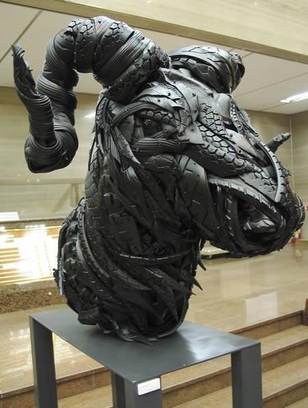 Patung kepala kambing dari bahan ban bekas - Kerajinan Tangan menarik yang dibuat dari bahan ban bekas - www.unik-qu.blogspot.com