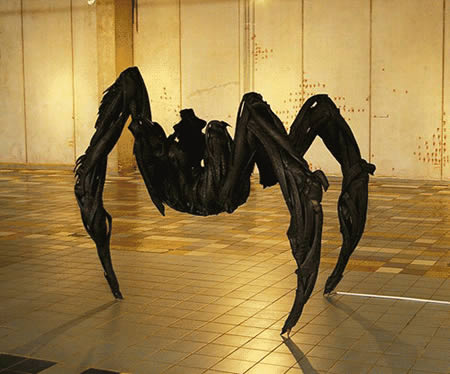 Patung Laba-laba dari bahan ban bekas