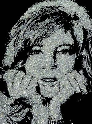 Um rosto de estrela formado por diamantes.