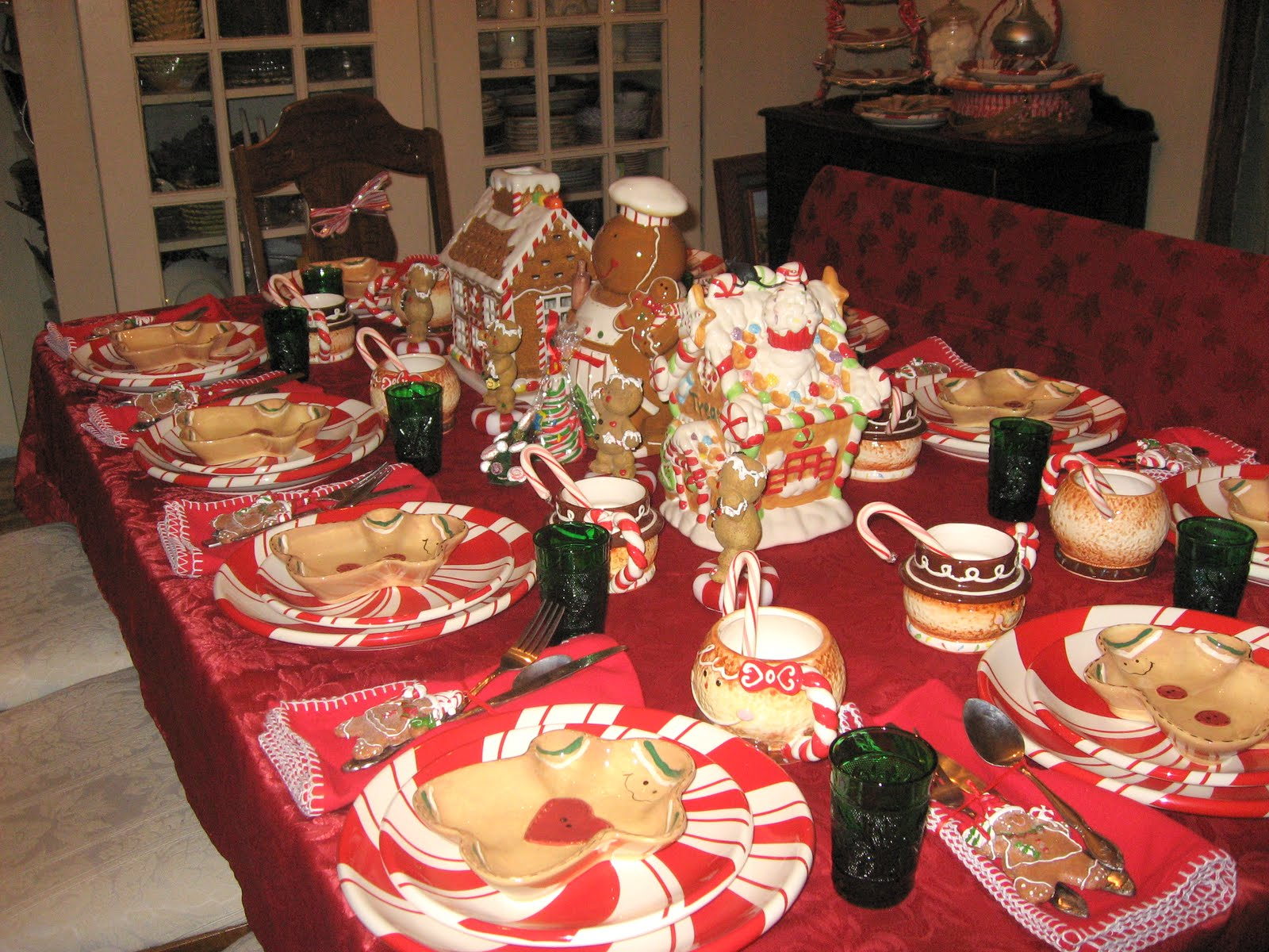 GINGERBREAD and PEPPERMINT DISHES TABLESCAPE & GINGERBREAD and PEPPERMINT DISHES TABLESCAPE | Lady Katherine Tea Parlor