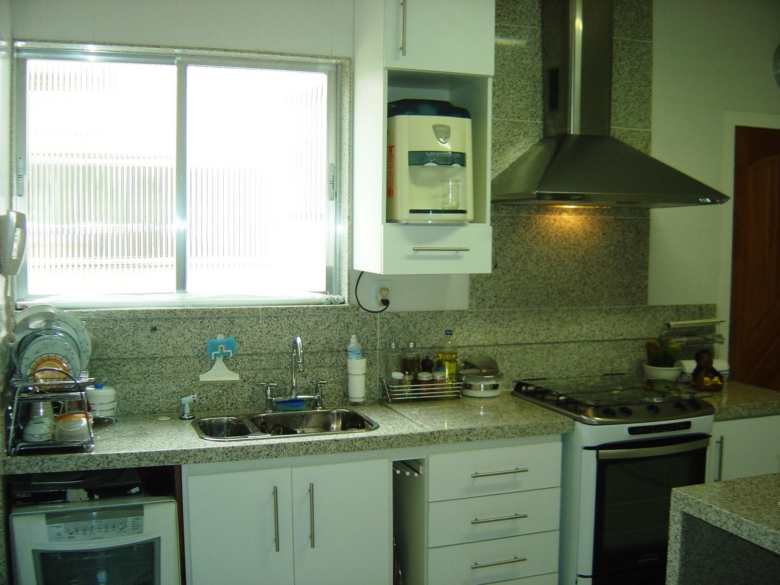 Foto: Cozinha planejada com armários em fórmica branca fosca  #5F4D1E 1600 1200