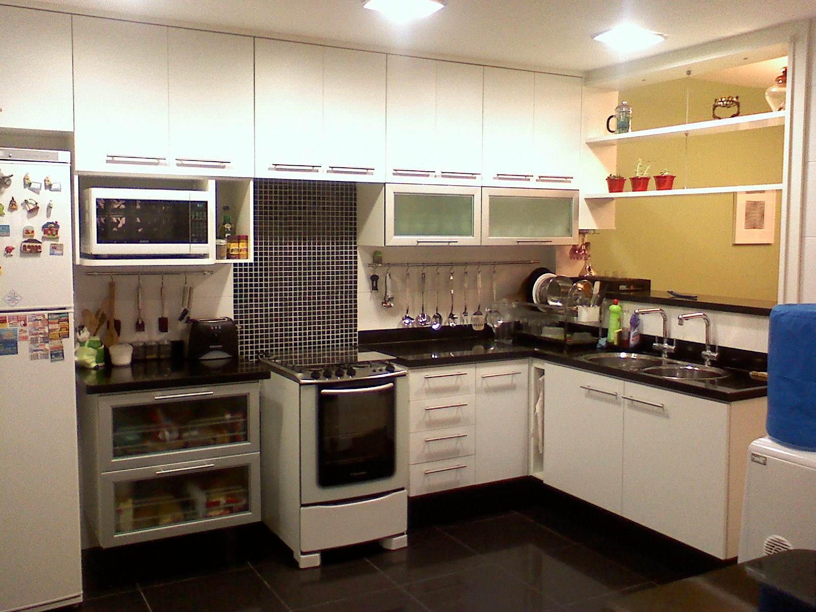 Foto: A nova cozinha recebeu bancadas amplas em Granito São Gabriel  #213A66 1600 1200