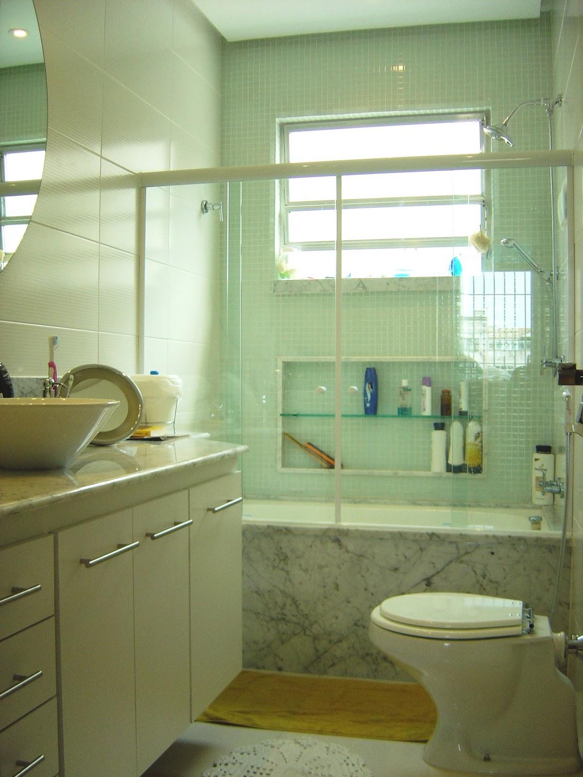 Foto: Gesso flutuante com iluminação pontual e louças brancas. #5E4F1B 1200x1600 Banheiro Bancada Branca