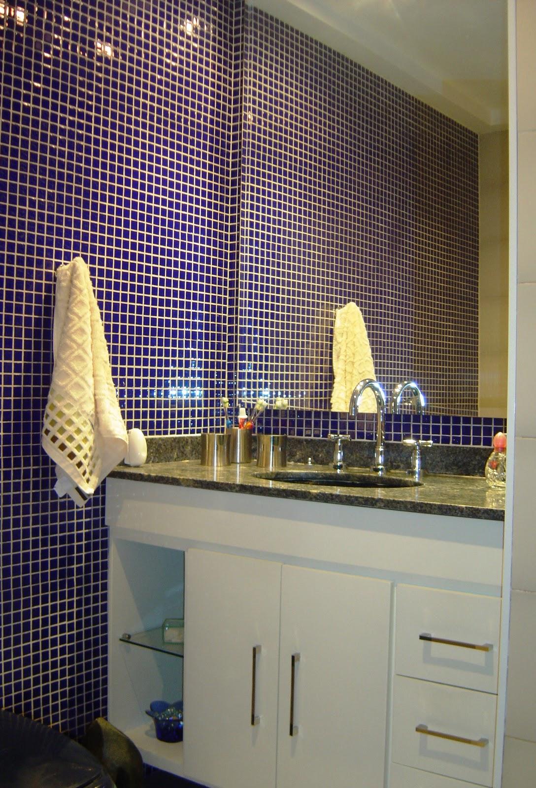 Foto: este banheiro foi modernizado trocando se o piso original de  #352866 1088x1600 Banheiro Com Pastilhas Douradas