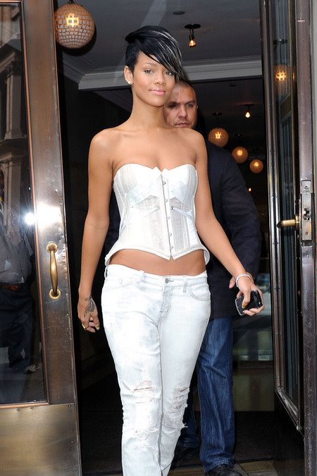 [gallery_main-0507_rihanna_nyc_00.jpg]