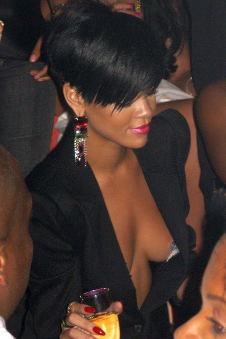 [gallery_main-0706_rihanna_pasties_06.jpg]