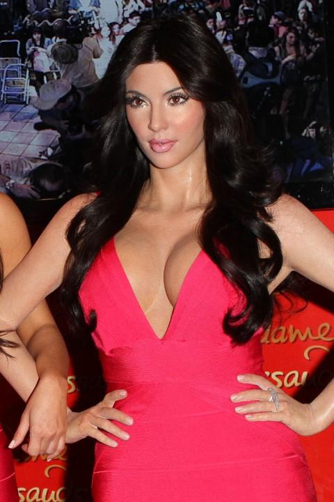 http://1.bp.blogspot.com/_5MwaaS2L6UA/TC288ZcCIuI/AAAAAAAAOCw/aP6cGMyh-jA/s1600/0701-kim-kardashian-wax-statue-00-480x720.jpg