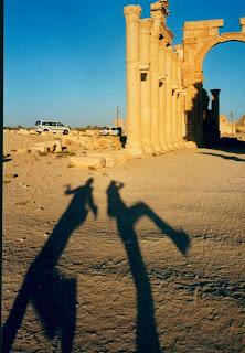 Palmira, Siria. Sombras: Ceci y yo