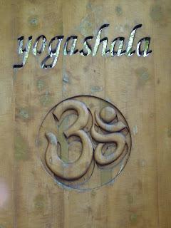 Símbolo de Yogashala en la puerta de entrada