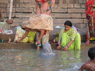 Mujeres realizando el puja a orillas del Ganges, Varanasi