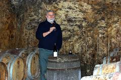 Le vigneron dans sa cave
