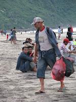 husin membersihkan pantai
