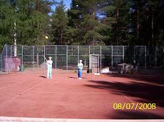 Joulupukki pelaa kesäisin lasten kanssa tennistä eri kentillä Joulupukki toimii aina lasten kanssa