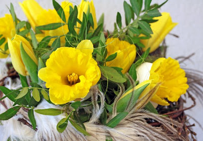 påsklilja, gul tulpan, äggskal, strutsfjäder