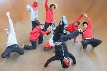 1er Avertissement, ce sont huit danseurs de hip hop...