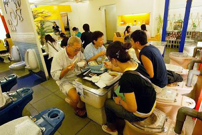 http://1.bp.blogspot.com/_5V-MD_YYQFE/S9G50DhRwCI/AAAAAAAAABI/HLmoR_XMnAw/s1600/toilet_restaurant_1.jpg
