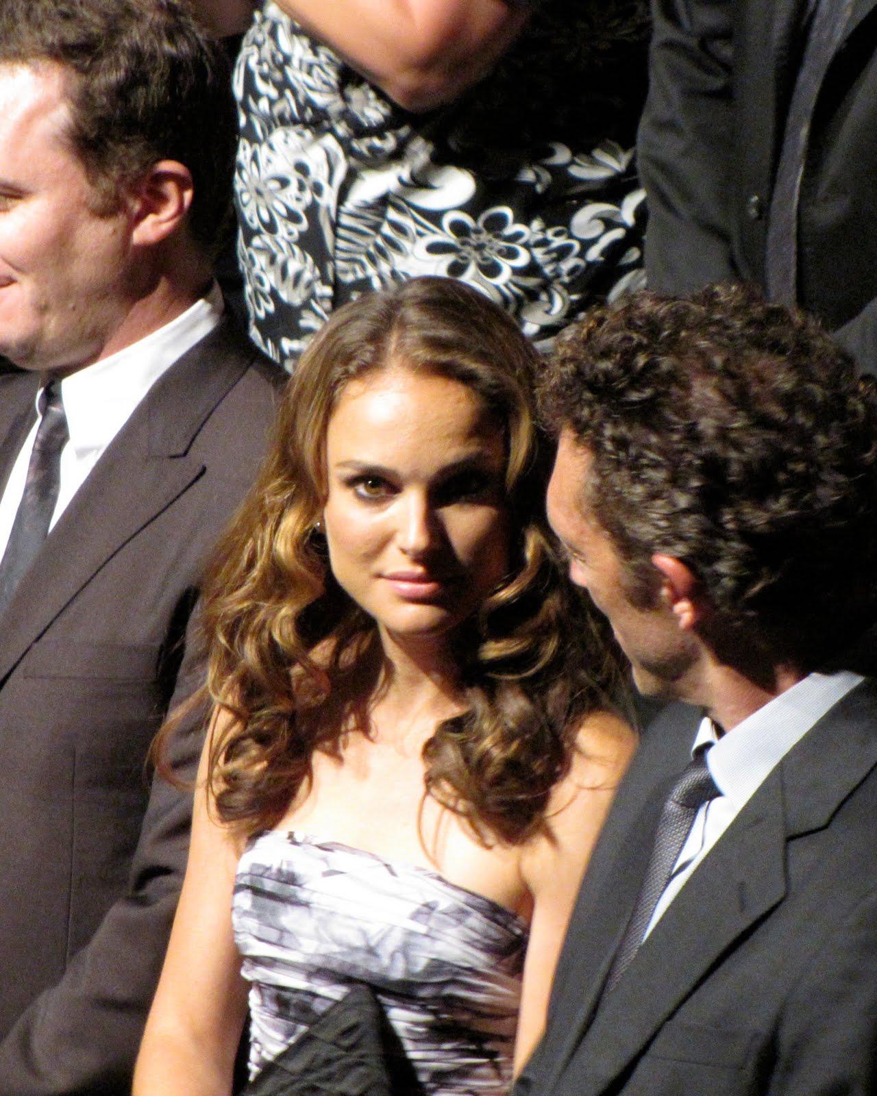 http://1.bp.blogspot.com/_5_7myy6XZuw/TI8MNs-tc7I/AAAAAAAAEZY/RHmjwcM9CrY/s1600/Natalie+Portman+at+Black+Swan+Gala.jpg
